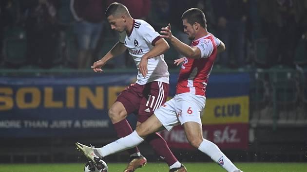 Fotbalisté pražské Sparty porazili v 11. kole první ligy Pardubice 4:2. Zleva Martin Minčev ze Sparty a Martin Toml z Pardubic.