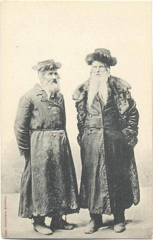 Dvojice ortodoxních Židů ze Stanislavova na staré pohlednici