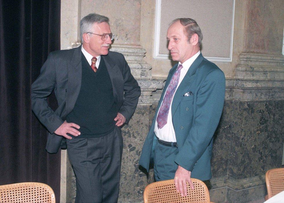 S PŘEDSEDOU. Jan Stráský jako ministr zdravotnictví při rozhovoru s premiérem Václavem Klausem před jednání vlády v roce 1996.