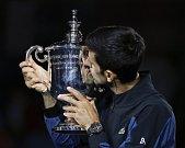 Novak Djokovič s trofejí pro šampiona US Open.