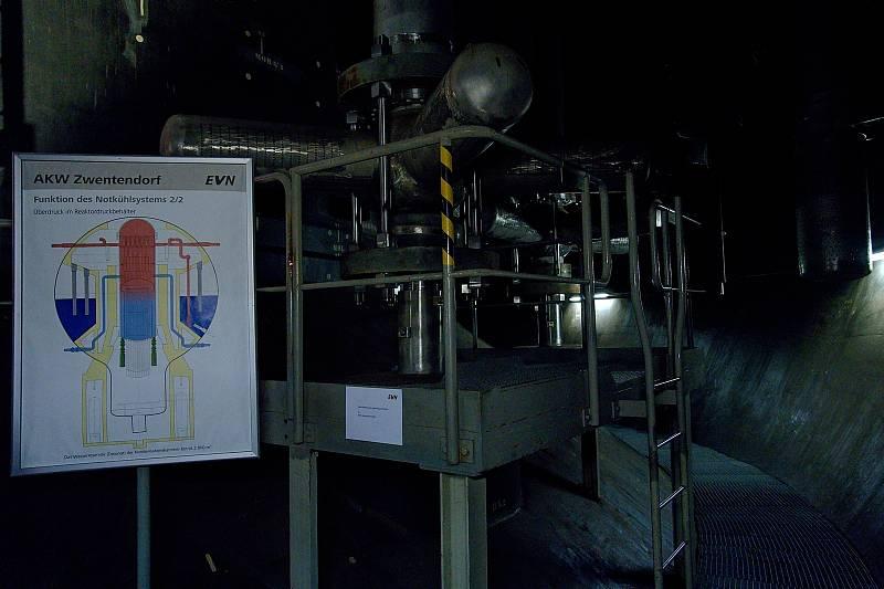 Kontejnment. Vstup dodělávali, normálně by tato část byla zalitá vodou. Má speciální akustiku. Rakouská jaderná elektrárna Zwentendorf.