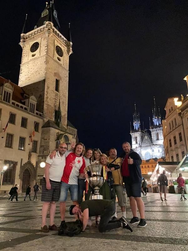 Unikum: Slavia půjčila mistrovský pohár fanouškům. Tady odbočka z Prahy
