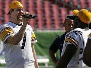 Jen hlava kouká arizonskému quarterbackovi Kurtu Warnerovi z mely v utání s Philadelphií.