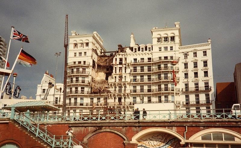 Grand Hotel v Brightonu po bombovém útoku IRA. Fotografie byla pořízena ráno 12. října 1984, několik hodin po výbuchu