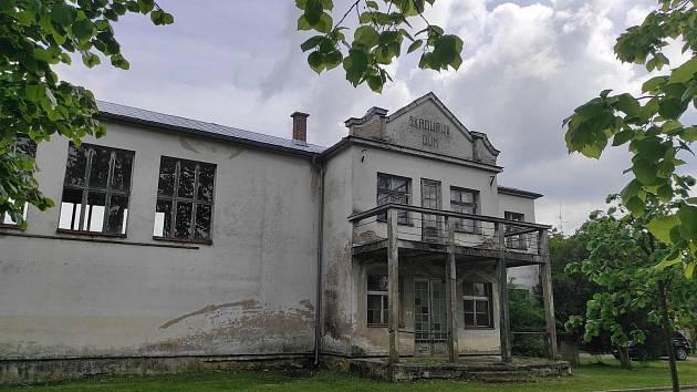 Chátá nejen vnitřek, ale i vnějšek stavby, která má připomenout Františka Škroupa.