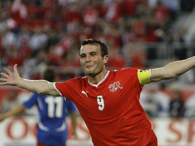 Švýcarský kapitán Alexander Frei se raduje ze svého druhého gólu do sítě Lichtenštejnska.