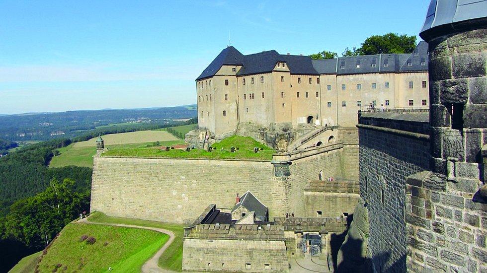 Nedaleko česko-německých hranic v Saském Švýcarsku se na stolové hoře nachází pevnost Königstein.