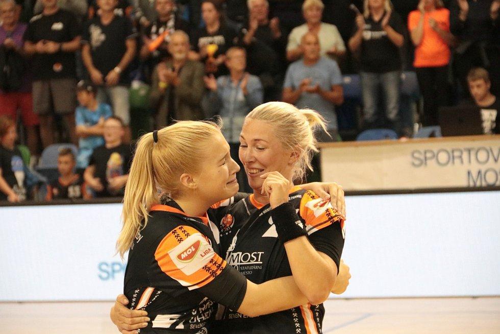 Házenkářka Adéla Stříšková (vlevo) pláče štěstím po postupu do vysněné Ligy mistrů. Chlácholí ji spoluhráčka Lucia Mikulčík