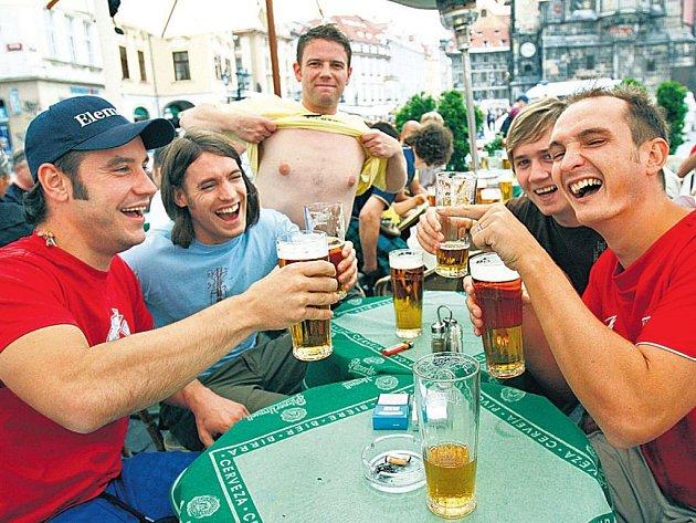 TRADIČNÍ POVYRAŽENÍ. Tuto skupinku anglických turistů jsme včera vyfotografovali na Staroměstském náměstí v Praze. Pochutnávali si zde na českém pivu.