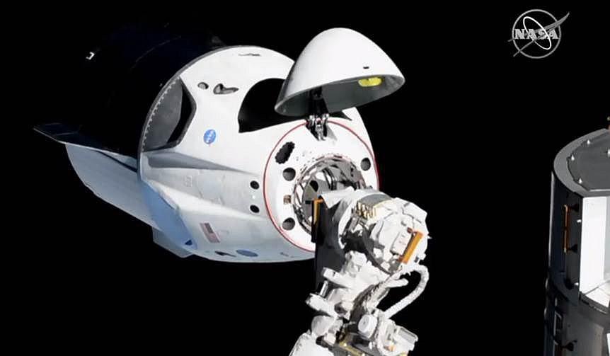 Vesmírná loď Crew Dragon se úspěšně připojila k Mezinárodní vesmírné stanici ISS