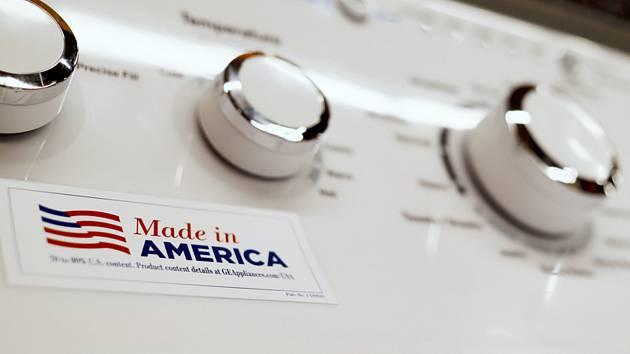 Pračka vyrobená americkým konglomerátem General Electric s nálepkou Made in America