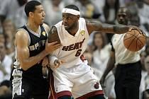 LeBron James z Miami (vpravo) a Danny Green ze San Antonia.