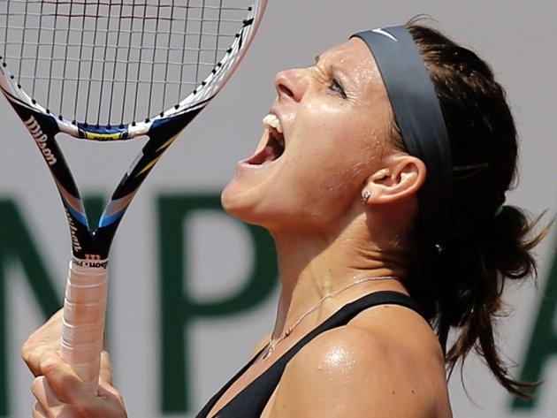 Lucie Šafářová se raduje z postupu do osmifinále Roland Garros.