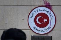 Tisícovka demonstrantů zaútočila na turecké velvyslanectví v Moskvě.