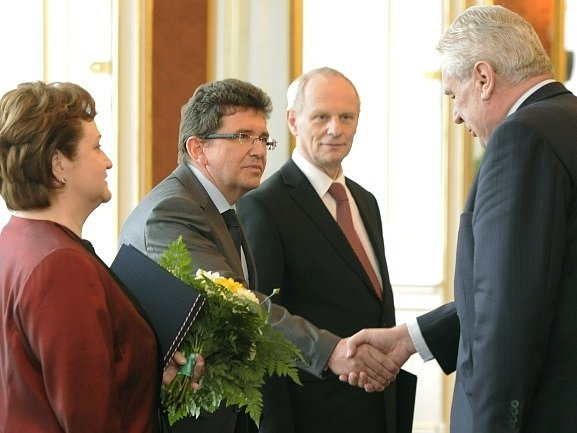 Prezident Miloš Zeman (vpravo) jmenoval 3. května na Pražském hradě (zleva) Miladu Tomkovou, Jaroslava Fenyka a Jana Filipa novými soudci Ústavního soudu (ÚS). Miladu Tomkovou zároveň pověřil funkcí místopředsedkyně ÚS.