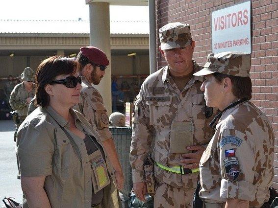 Manželka prezidenta Miloše Zemana Ivana Zemanová (vlevo) navštívila 10. srpna Afghánistán, kde se setkala s českými vojáky a vojačkami.