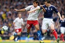 Milan Baroš (vlevo) kontroluje míč před Garym Caldwellem ze Skotska.