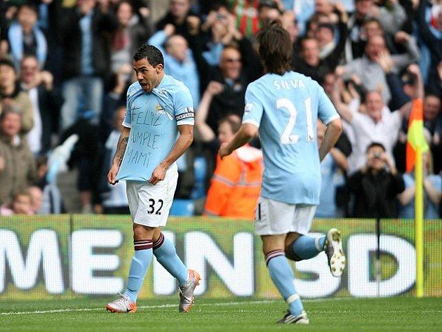 Carlos Tévez (vlevo) slaví se svým spoluhráčem Davidem Silvou gól v duelu s Chelsea.