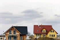 Nové domy rostou jako houby po dešti. Většina majitelů má na ně uvázanou hypotéků na několik let.