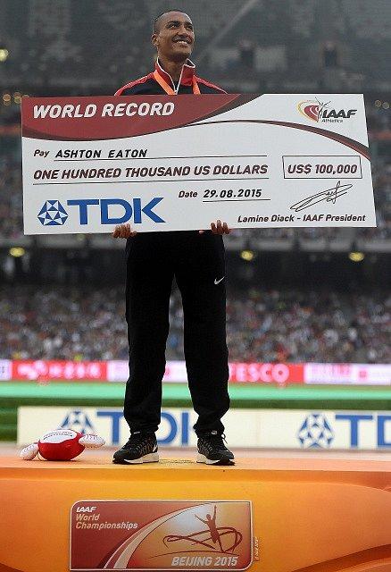 Ashton Eaton s medailí a šekem za světový rekord
