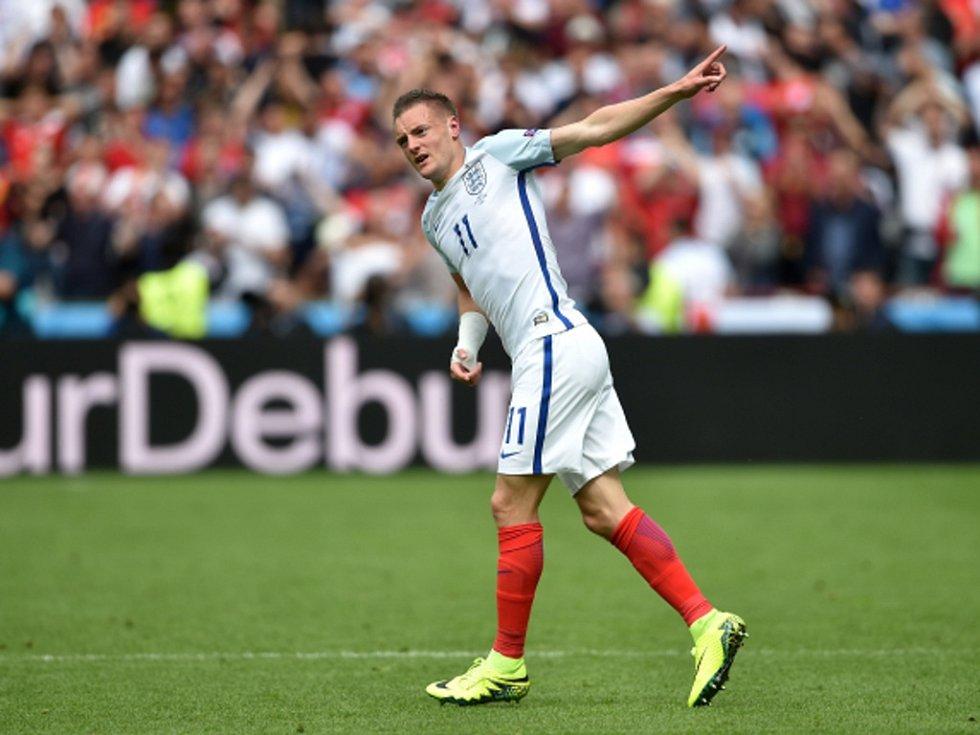 Jamie Vardy z Anglie se raduje z gólu proti Walesu.