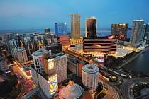 Noční pohled na kasína v Macau.