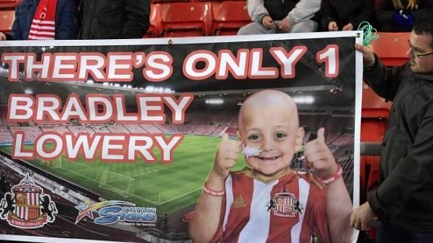 Bradley Lowery je fanouškem fotbalového týmu Sunderland, ve středu večer pomohl zahájit fotbalové utkání proti Chelsea, kdy vstřelil penaltu pro svůj tým.