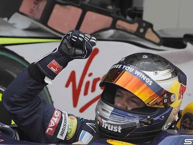 Velká cena Británie formule 1 2009 -  Sebastian Vettel v Red Bullu se těší z vítězství.