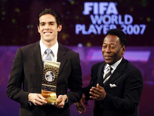 Brazilec Kaká dostal cenu pro nejlepšího fotbalistu roku od krajana Pelého.