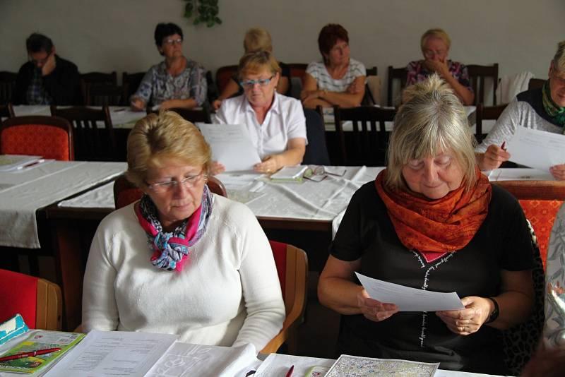 Prachatičtí posluchači univerzity třetího věku při zahájení loňského podzimního semestru v Rožmberském sále
