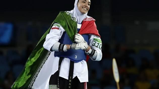 Uprchlice. Taekwondistka Kimia Alizadehová, která na olympiádě v Riu získala jako první íránská žena medaili, se rozhodla opustit svou vlast. Nemohla se smířit s rozsáhlým porušováním lidských práv a diktátorským režimem. Zdaleka není jediná.