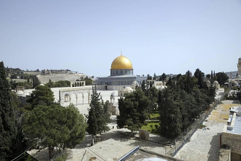 Prázdné je kvůli koronaviru také prostranství v okolí Skalního dómu a mešity al-Aksá na Chrámové hoře v izraelské metropoli Jeruzalémě.