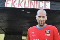 Fotbalová reprezentace trénovala na malém stadionku v Kunicích. Na snímku Jan Koller.d