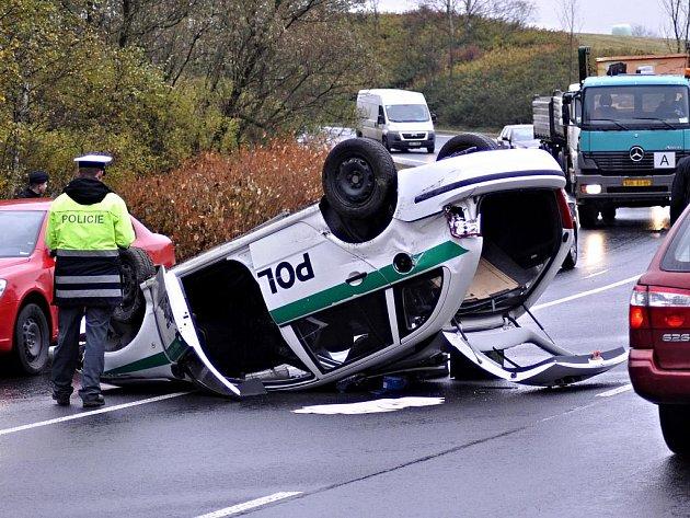 Smyk na mokré vozovce byl s největší pravděpodobností příčinou dopravní nehody služebního vozidla Policie České republiky. Havárie se stala ve středu 20. října 2010 na silnici I/6 v klesání od golfového hřiště ke Karlovým Varům nedaleko odbočky na Hůrky.