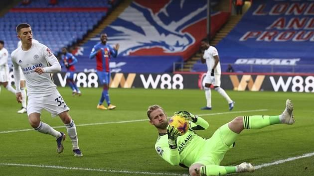 Brankář Leicesteru Kasper Schmeichel chytá míč v utkání s Crystal Palace.