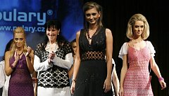 Módní návrhářka Dana Dobřichovská (druhá zleva) představila svou novou kolekci