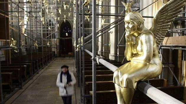 """SEDÍ: NA LÉTÁNÍ JE TĚŽKÝ. I třem stovkám zlatých sošek andělů vystavených v Mnichově by podle britského biologa svazovala křídla zemská přitažlivost. Výstava se nazývá """"Strážný anděl nad Mnichovem"""" a v kostele svatého Kříže bude otevřena do 2. února 2010."""