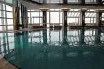 Venku zuří sněhová vánice, ale v hotelovém bazénu je voda příjemně vyhřátá