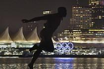 Socha kanadského atleta Harryho Jeromea ve Vacouveru před olympijskými kruhy.