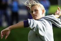 Barbora Špotáková se rozcvičuje před závodem v Domažlicích.
