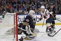 Hokejový útočník Jakub Vrána (13) pomohl svým prvním gólem v NHL k výhře Washingtonu 4:1 v Buffalu a byl vyhlášen třetí hvězdou zápasu.
