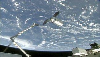 několik okamžiků před kontaktem ramena ISS a lodě Cygnus