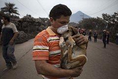 Záchrané akce po výbuchu sopky v Guatemale.