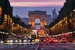 Paříž. Kvůli přílišnému množství turistů zakázalo město vjezd turistických autobusů do centra. Na výstavu o Leonardu da Vincim v Louveru se lze dostat jen po elektronické rezervaci lístků