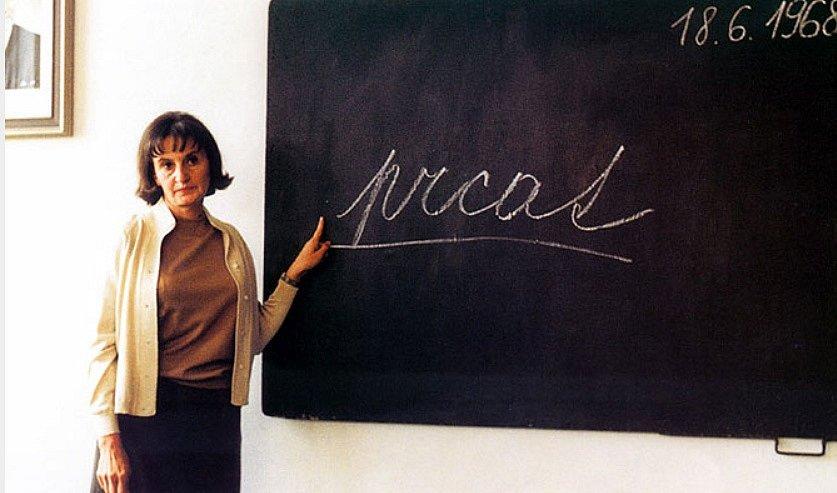Jedna z neslavnějších scén filmu Pelíšk: Eva Holubová jako učitelka při třídních schůzkách.