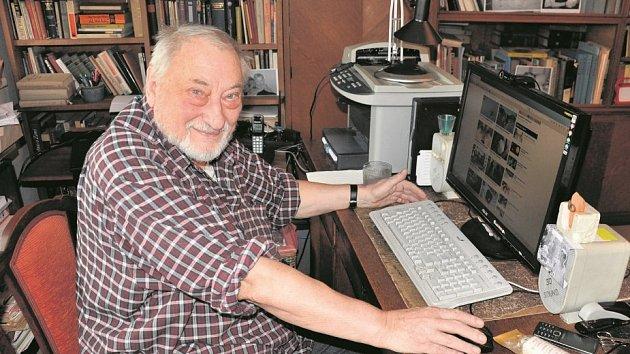 """ZKUŠENOST. """"Novinář musí mít kromě znalostí i lidský postřeh a musí umět vidět souvislosti,"""" tvrdí zkušený rozhlasový komentátor Jan Petránek."""