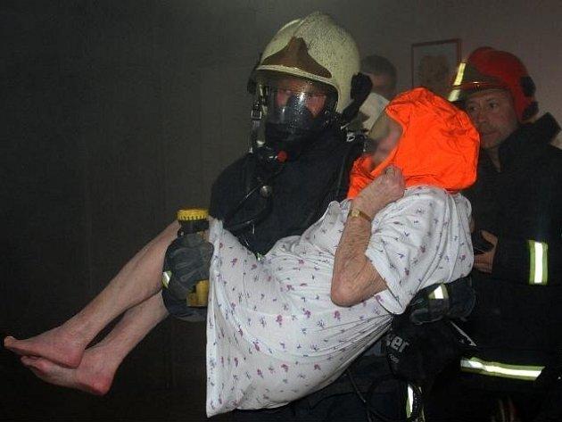 Náročnou evakuaci 27 obyvatel, z nichž mnozí jsou nepohybliví, si v noci na čtvrtek vyžádal požár, který vypukl v seniorském domě v pražských Malešicích.