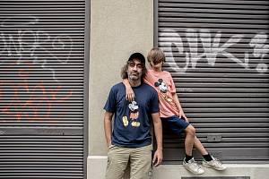 Jakub Kohák se synem při fotografování pro Deník 30. července v Praze.