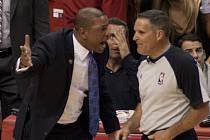 Doc Rivers (vlevo), trenér basketbalistů Los Angeles Clippers, dostal tučnou pokutu za kritiku sudích.