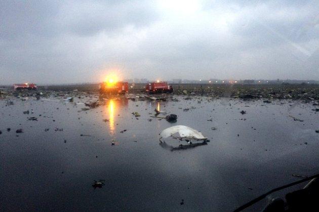 Boeing 737-800 letící z Dubaje se zřítil za špatné viditelnosti při přistávání na letišti v Rostově na Donu a začal hořet.